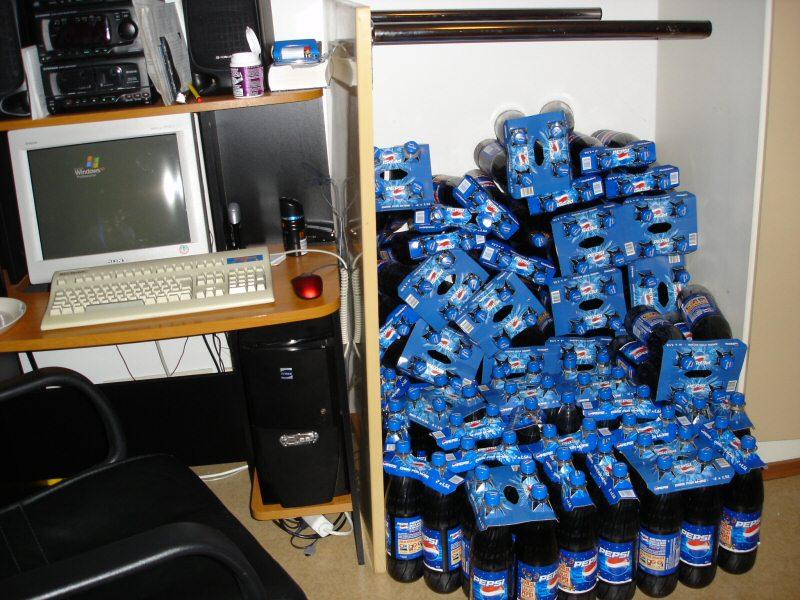 pulloja tietokoneen vieressä